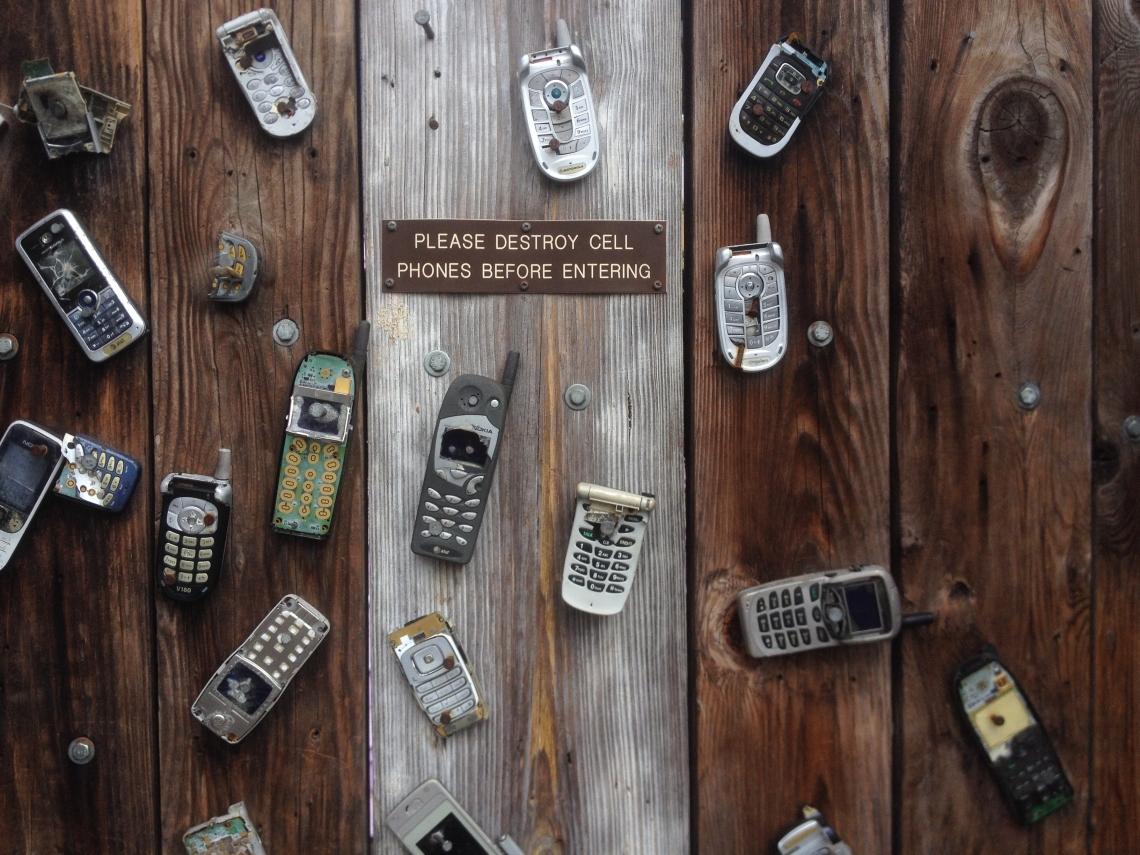 negative-space-old-mobile-phone-broken-wood-pixabay